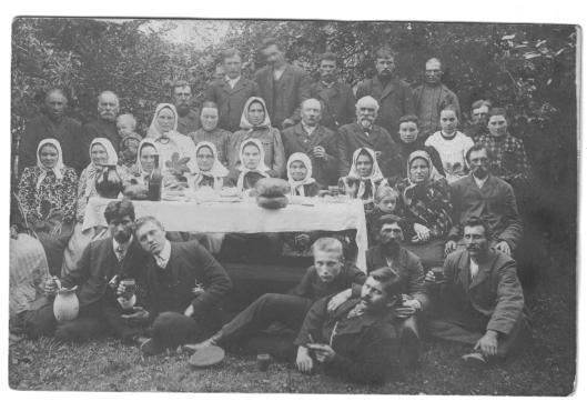 A photo from home: family of Nancy Benikati (Pazemetsky), July 15, 1909.