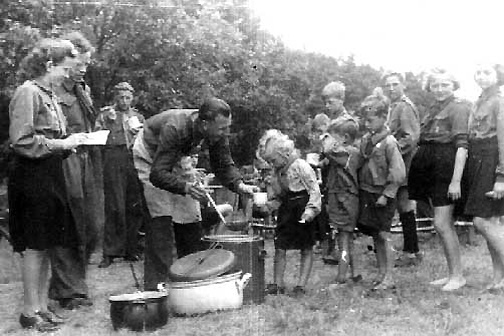 8 Soup Line Whenen Camp, Germany. Soruce Pijus Cepulis Collection, dpcamps.org
